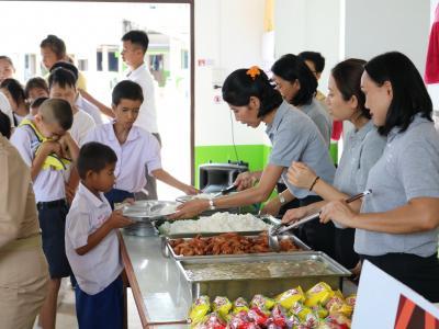 ผู้จัดการโรงแรม อมันตาและคณะ เลี้ยงอาหารกลางวันนักเรียน